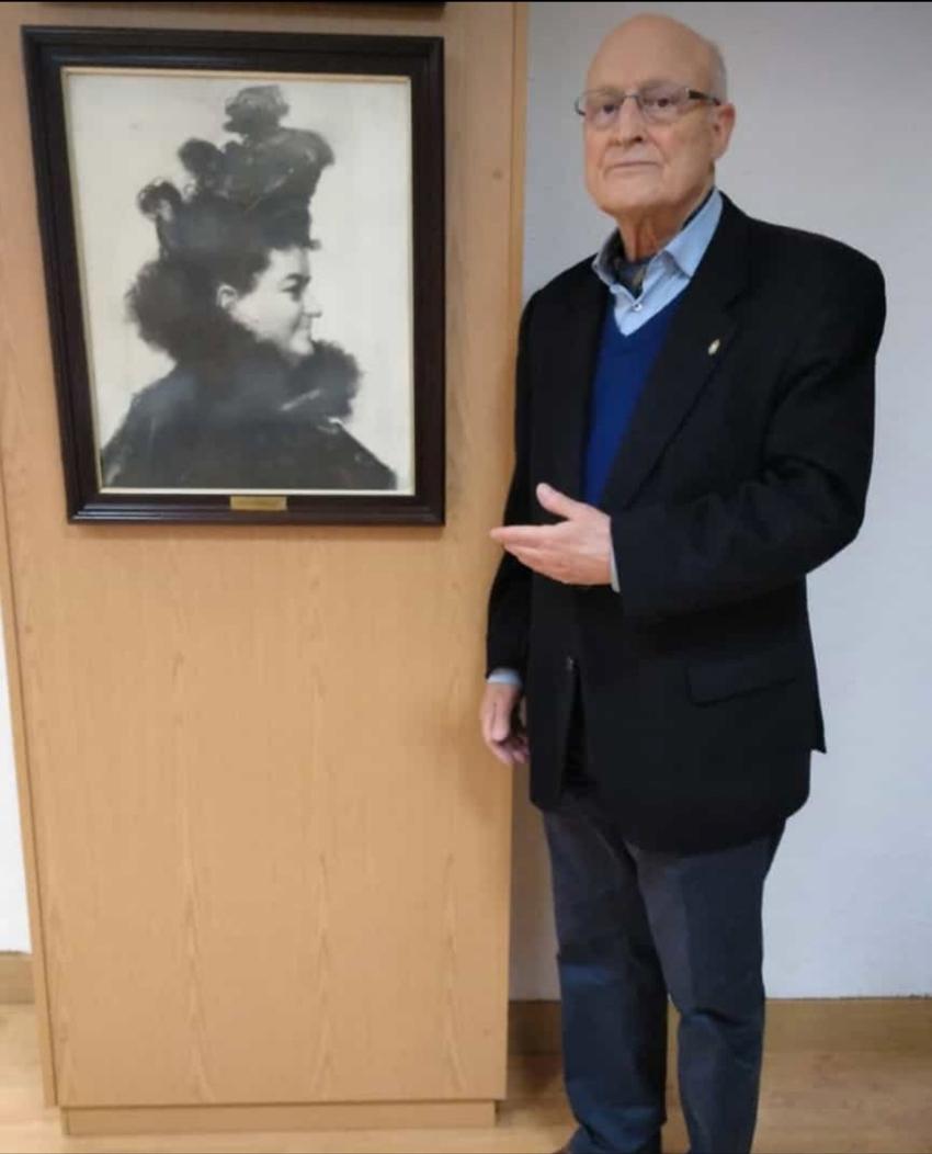 Fernando Rey Paz junto con la foto homenajeada de Emlia Pardo Bazán