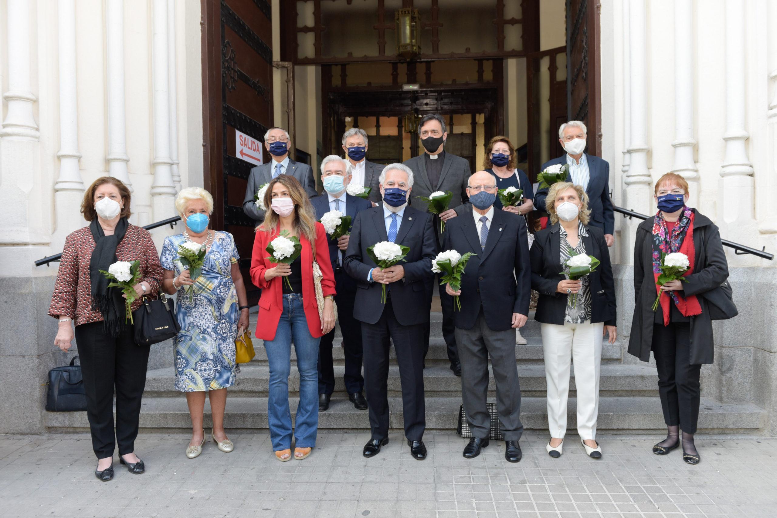 Grupo representando a las Asociaciones y Centros Gallegos de Madrid en la escalinata de la Basílica de Nuestra Señora de La Concepción